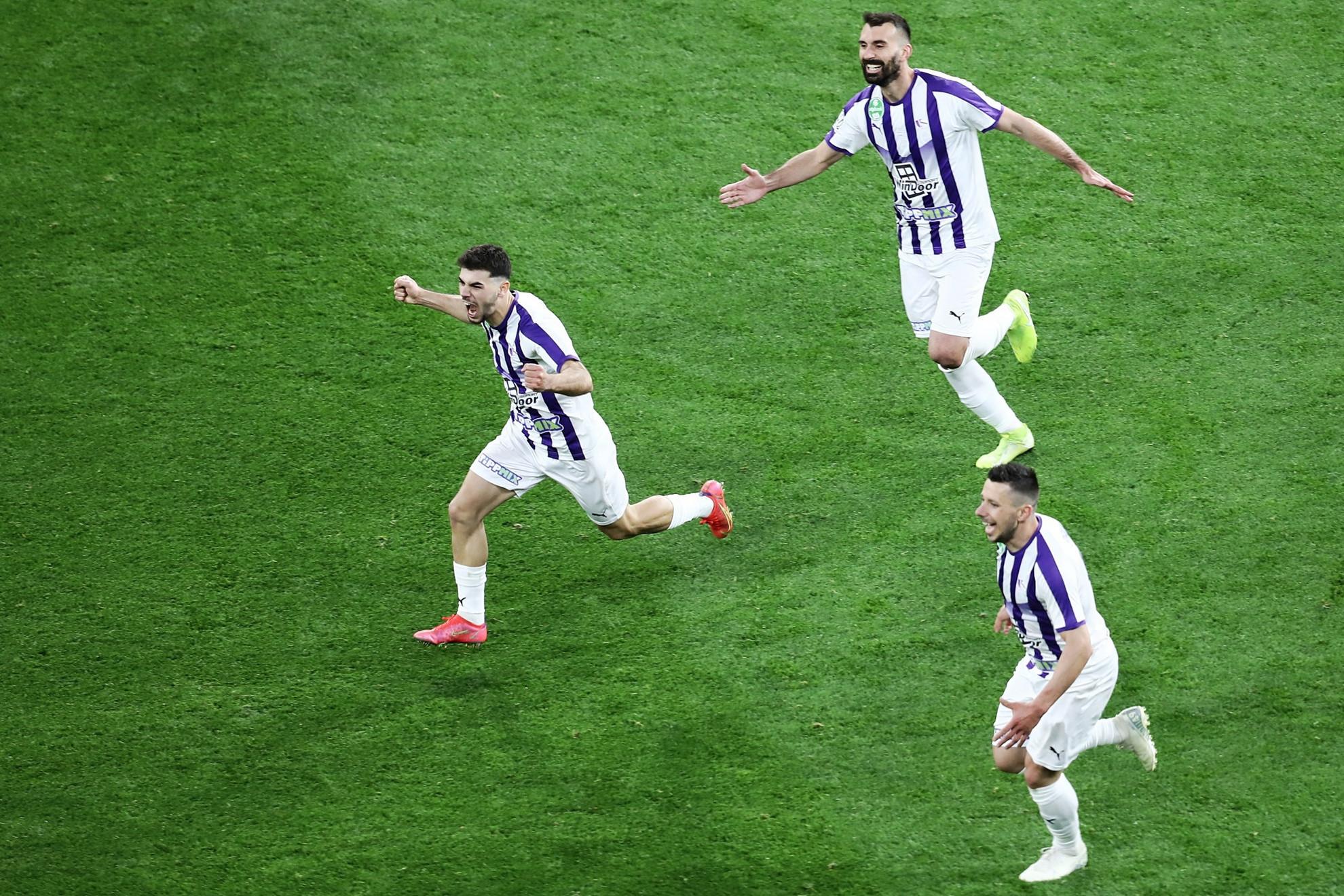 Lirim Kastrati (középen) ünnepel a társakkal: a koszovói játékos gólja kupagyőzelmet ért az Újpestnek