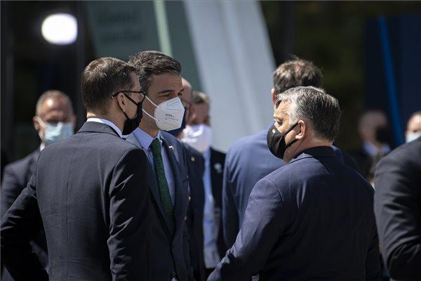 Orbán Viktor magyar (j), Pedro Sánchez spanyol (b2) és Mateusz Morawiecki lengyel miniszterelnök (b) beszélget az EU szociális csúcstalálkozójának második napján a portugáliai Portóban