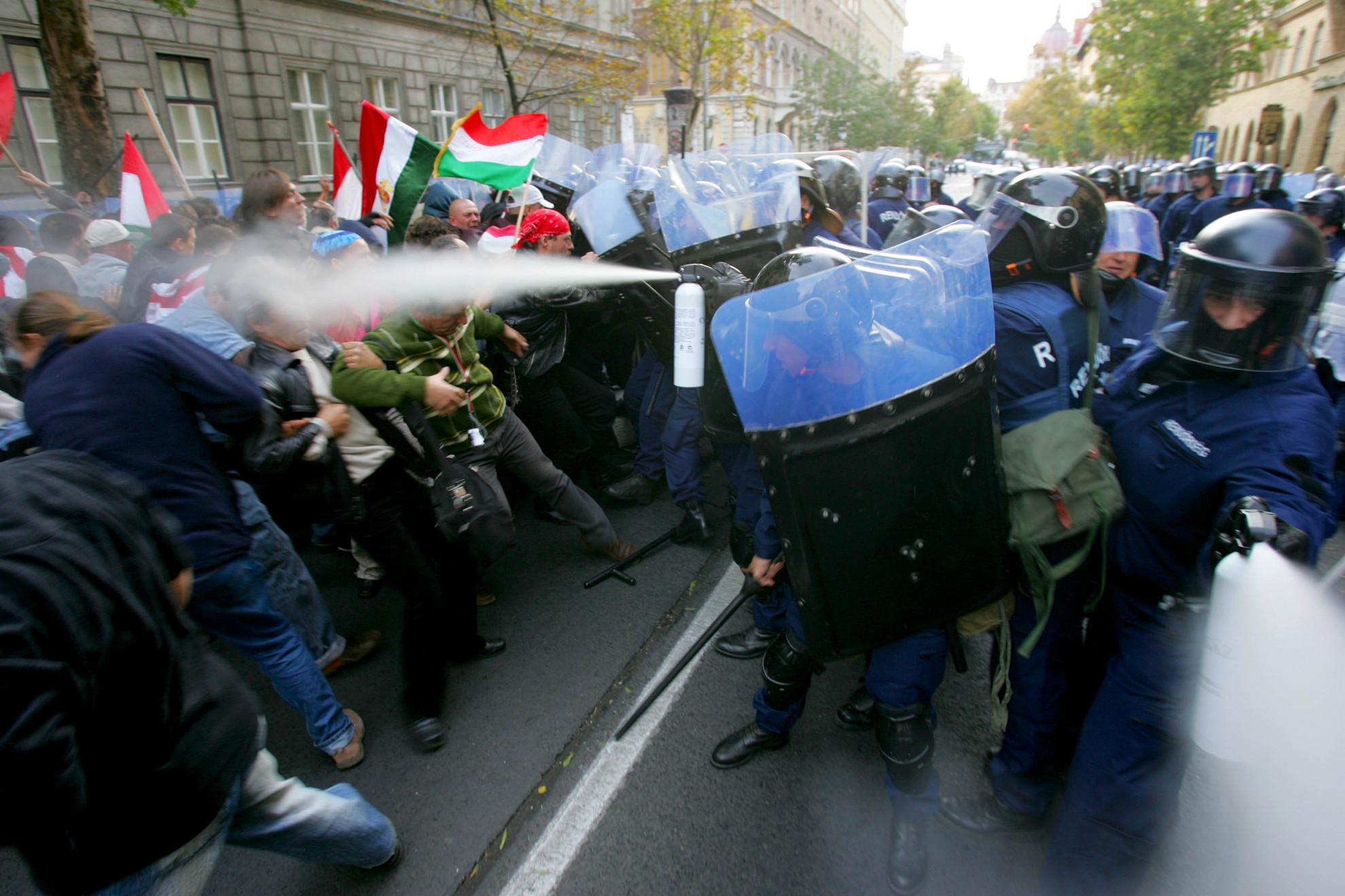 Az őszödi beszéd utáni tüntetéseken a rendőrség rátámadt a demonstrálókra