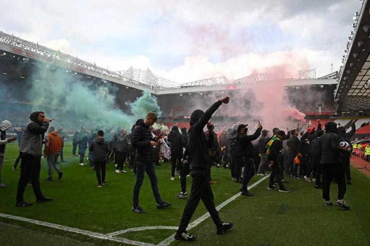 A pályára berontva tüntettek a tulajdonosok ellen a Manchester United drukkerei