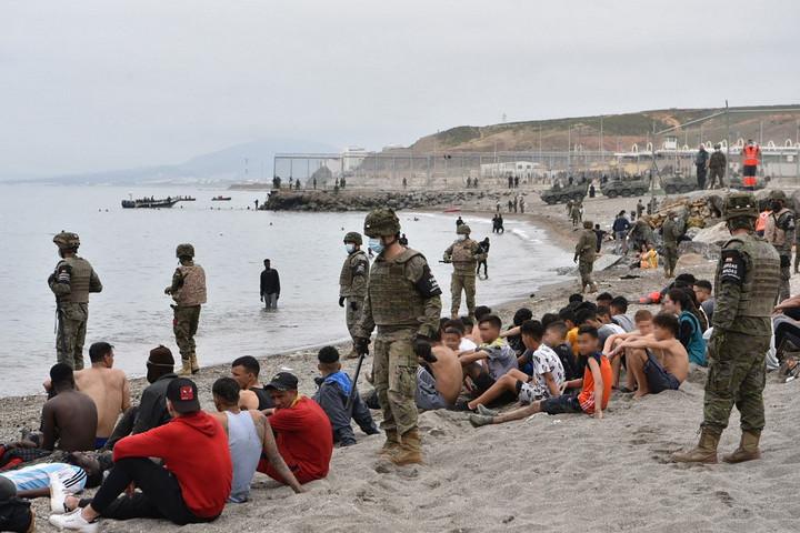 Több mint hatezer migráns jutott be illegálisan Ceutába egy nap alatt