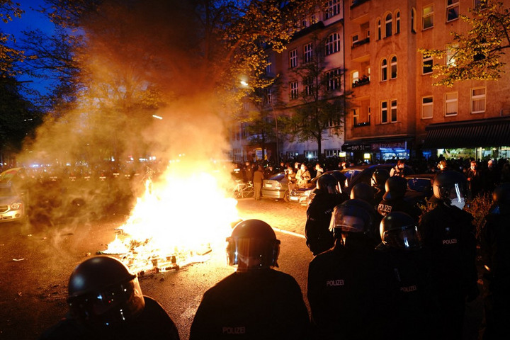 Szélsőbaloldali tüntetők támadtak a rendőrökre Berlinben