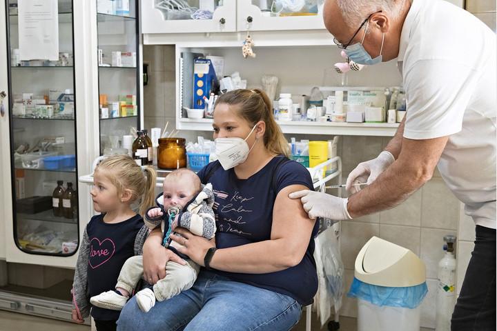 Magyarország a szomszédos országok határ mentén lakóinak is felajánlja a védőoltást