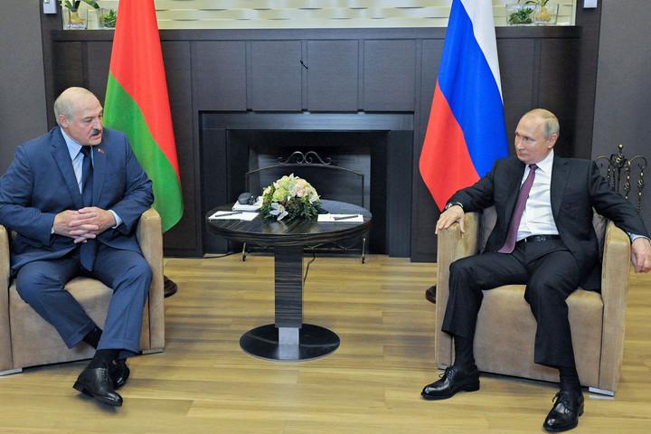 Moszkva nem engedi el Minszk kezét