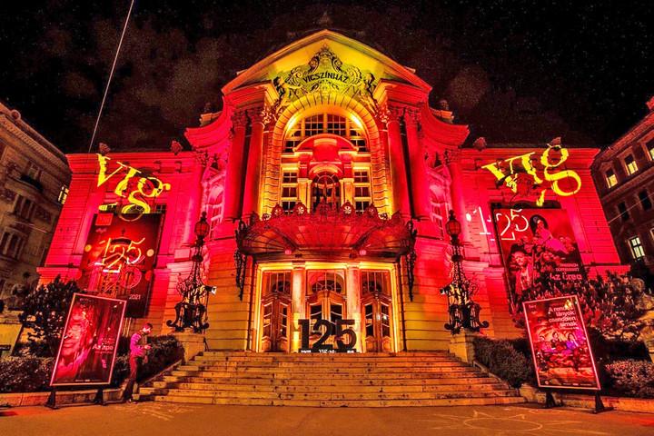 Fokozatosan nyitnak, és védettségi igazolvánnyal, maszkban, távolságot tartva látogathatjuk a budapesti színházakat