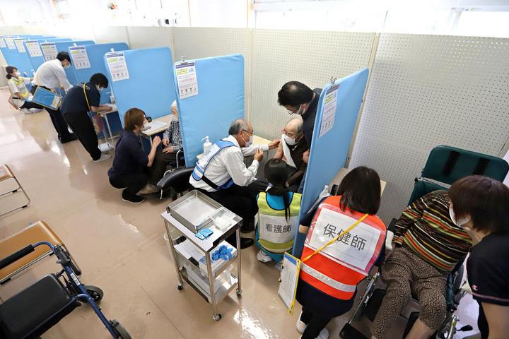 Rosszak az adatok, kevés még az oltott, veszélyhelyzet Japánban