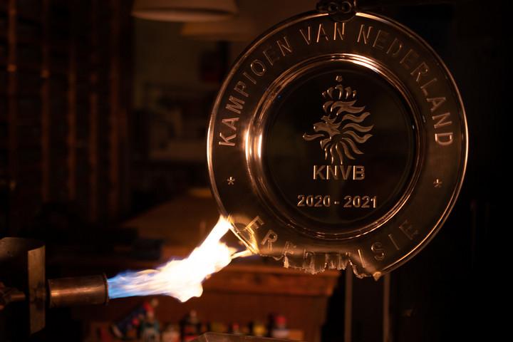 Szétosztja szurkolói közt a bajnoki címért járó trófeát az Ajax