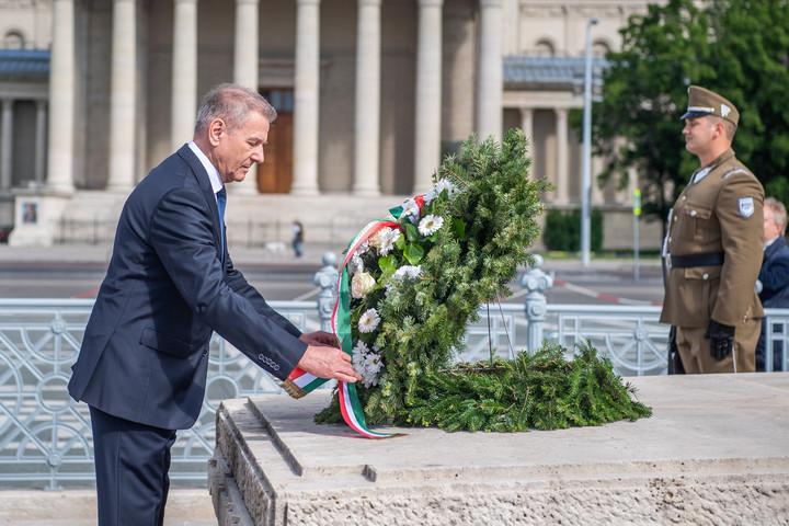 Benkő Tibor megkoszorúzta a Magyar Hősök Emlékkövét