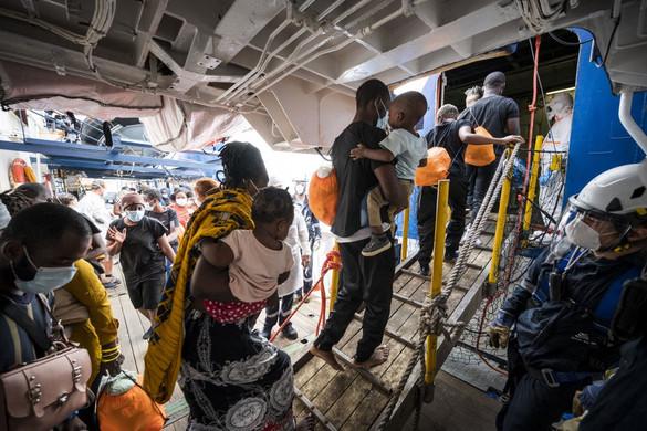 Kikötött Szicílián több mint 450 migránssal a fedélzetén a Sea-Watch 4 civilhajó
