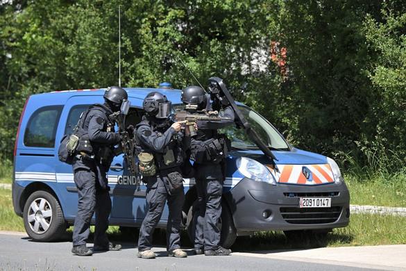 Terrorgyanú miatt nyilvántartott muszlim késelt és lövöldözött egy francia rendőrőrsön