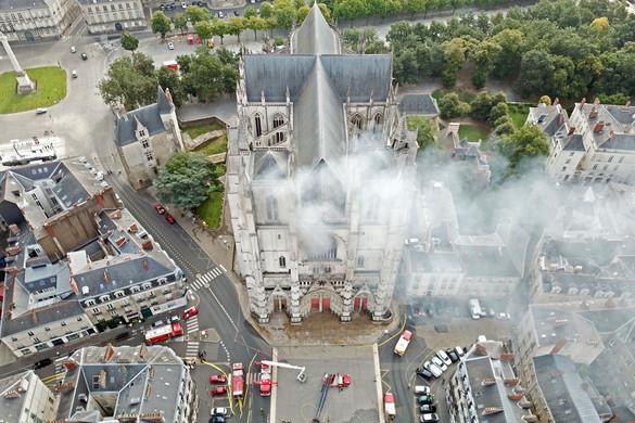 Omlanak a templomok, épülnek a mecsetek