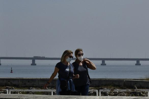 Európa számos országában még kötelező a szabadtéri maszkviselés
