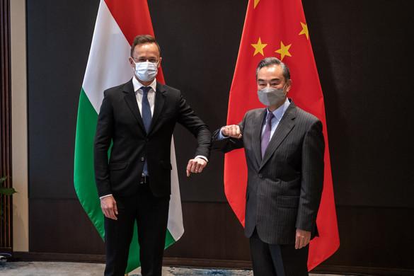 Szijjártó állami kitüntetést adott át Vang Ji kínai külügyminiszternek