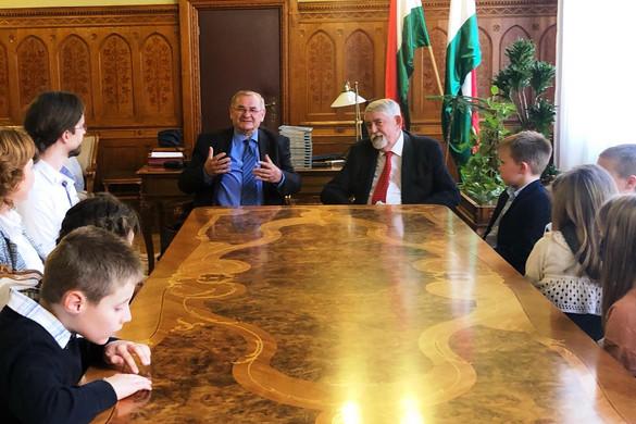 Kisiskolások látogatták meg az Emberi Erőforrások Minisztériumát és az Országgyűlést