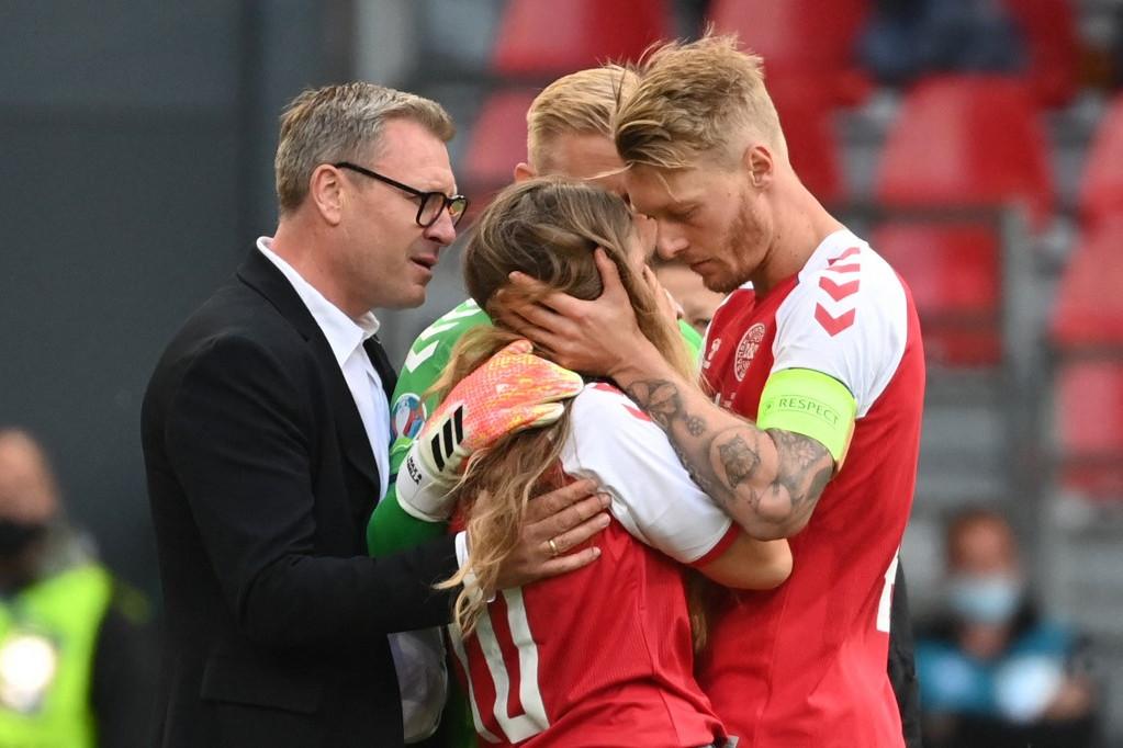 Kjaer Eriksen kedvesét, Sabrina Kvist-Jensent próbálja vigasztalni a nehéz helyzetben