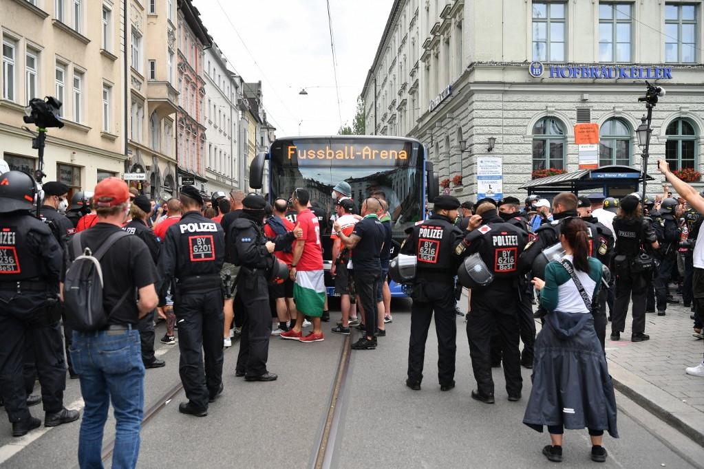 Különbuszok szállították a magyar szurkolókat a stadionhoz (A képre kattintva lapozhatók a galéria fotói)