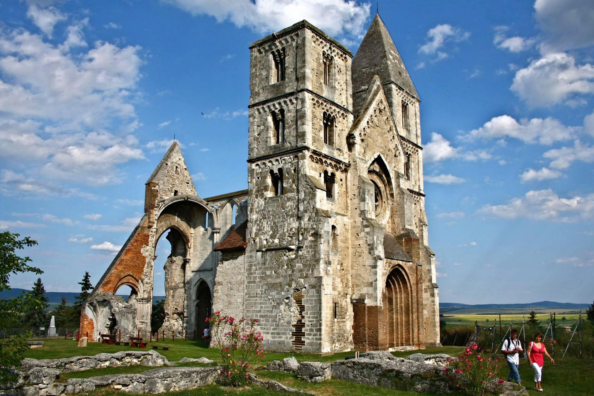 Az 1220 és 1234 között épített premontrei monostor és templom Zsámbékon