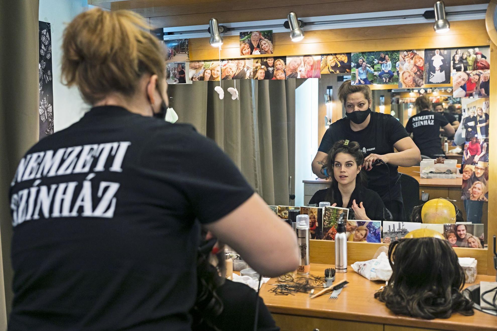 A fodrásztárban Júlia frizurája készül a házi főpróba előtt