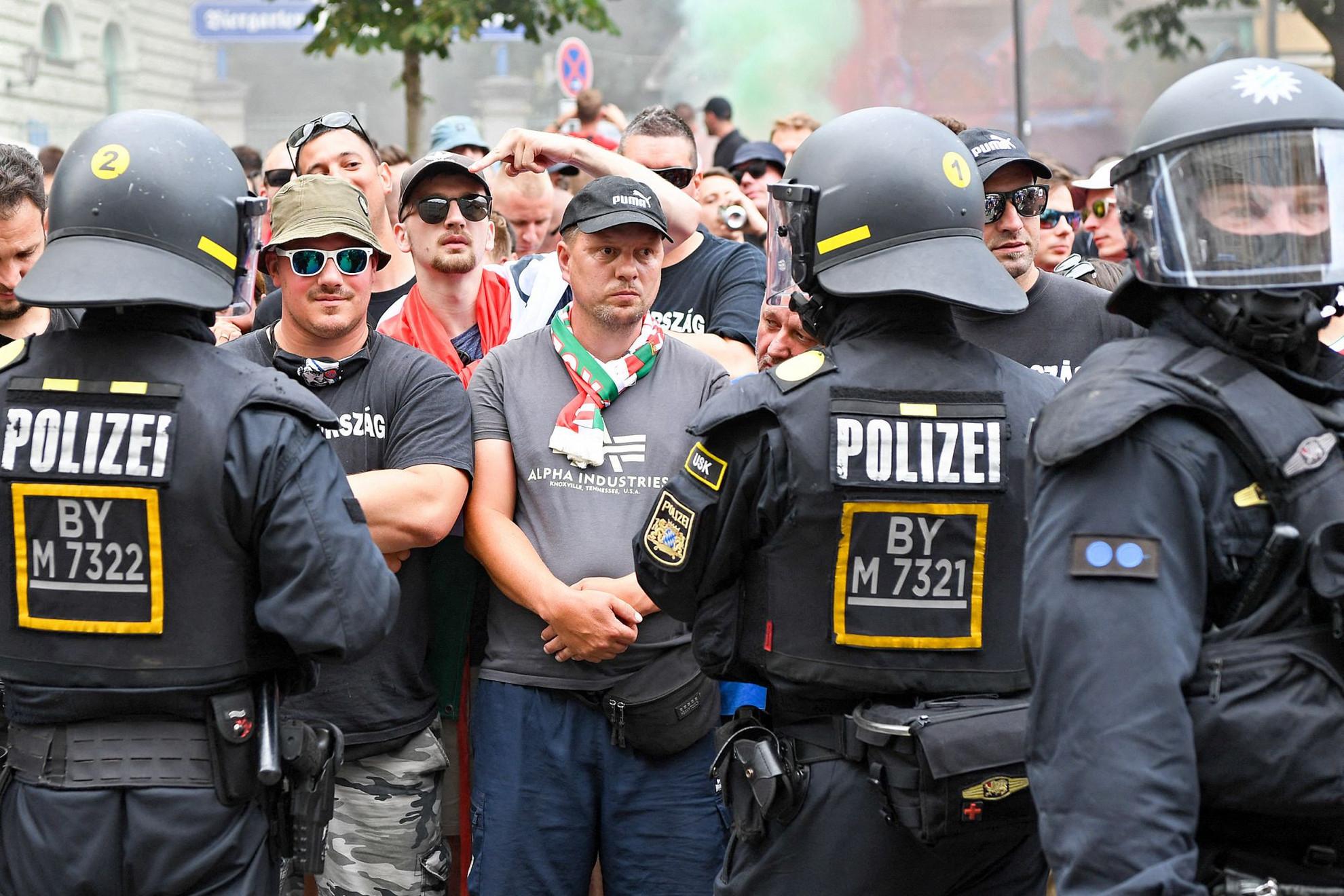 Szorosan őrizték a rendőrök a magyar szurkolókat