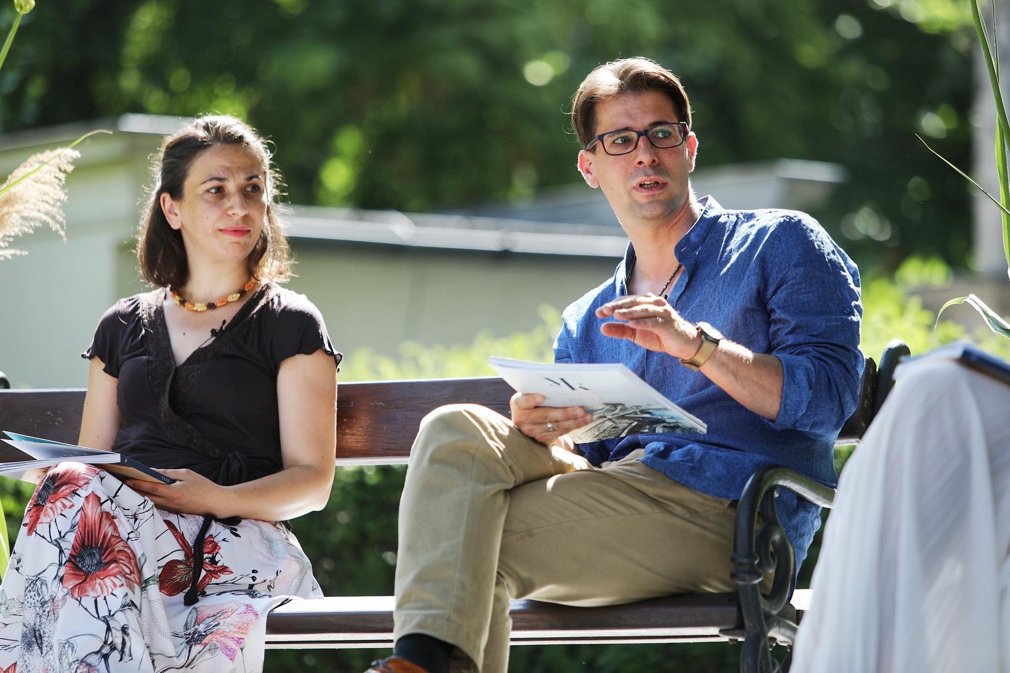 Pál Dániel Levente, a PKÜ irodalomszakmai igazgatója, a Magyar Kultúra lapigazgatója (j) és Bonczidai Éva főszerkesztő (b)