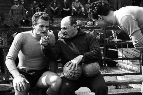 Boniperti (balra) Czeizler Lajossal, az olasz válogatott magyar szövetségi kapitányával 1954-ben