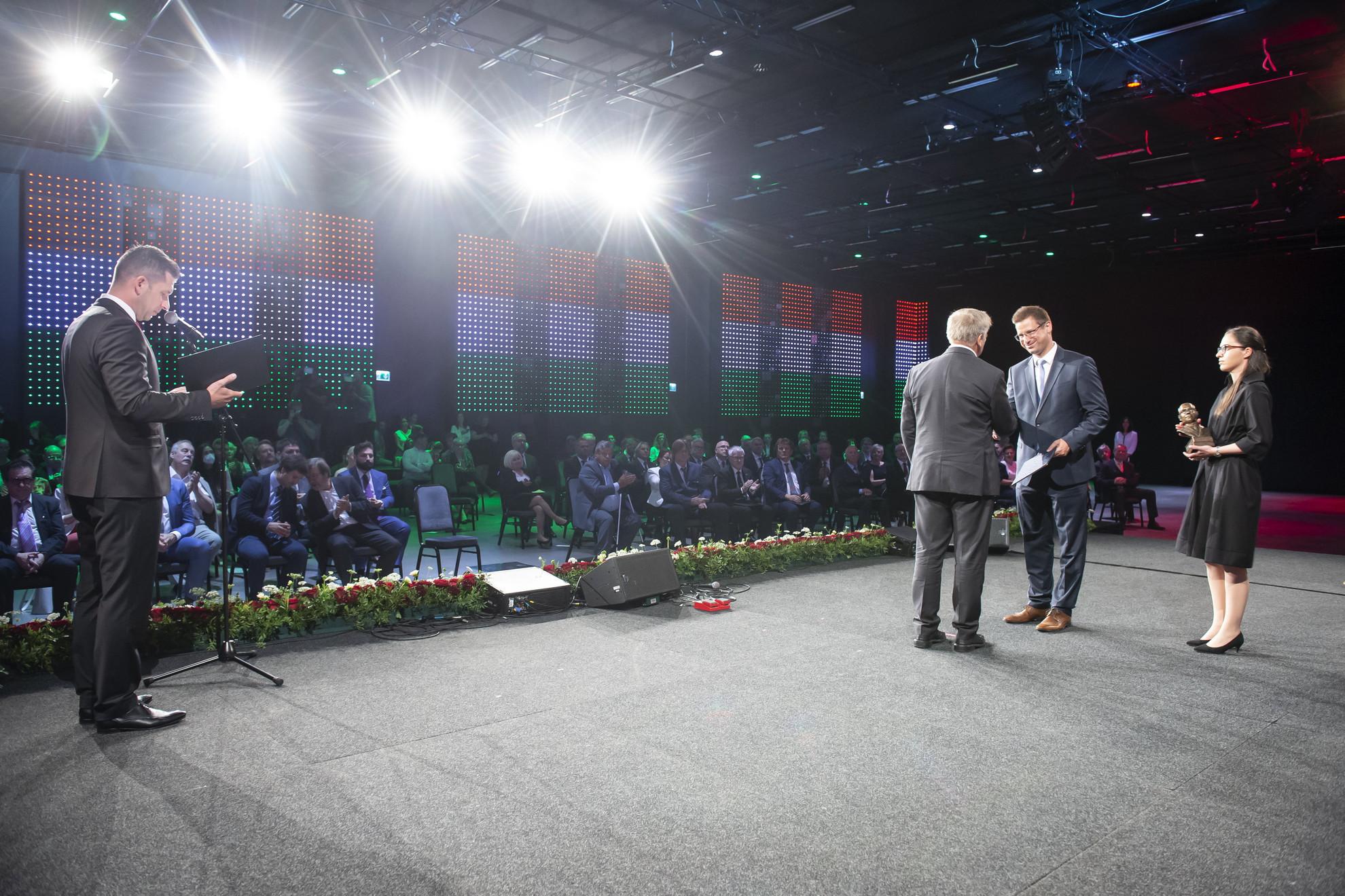 Gulyás Gergely, a Miniszterelnökséget vezető miniszter (j2) díjat ad át az állami kitüntetések és minisztériumi elismerések átadásán a Várkert Bazárban 2021. június 19-én