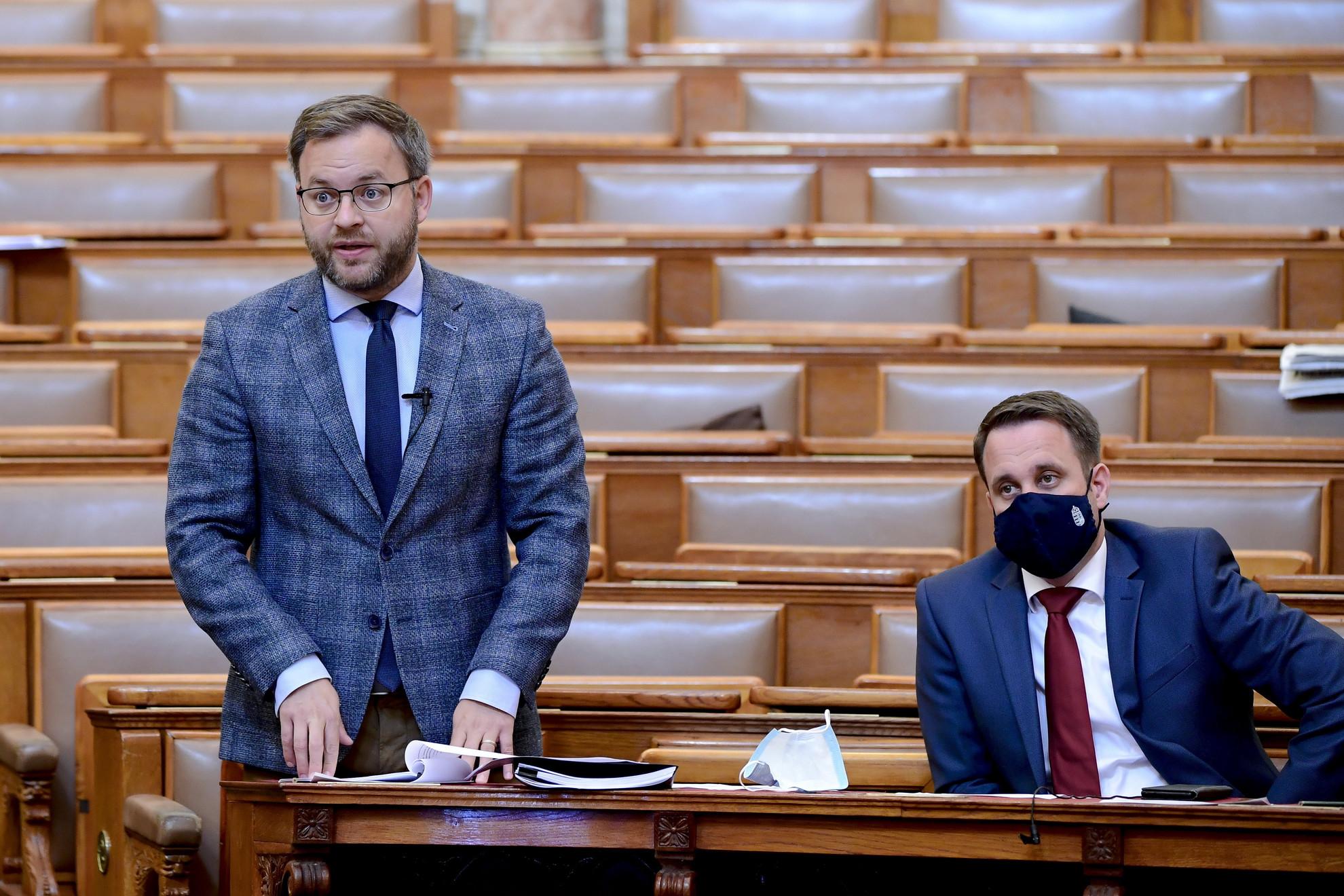 Orbán Balázs, a Miniszterelnökség parlamenti államtitkára napirend előtt szólal fel az Országgyűlés plenáris ülésén 2021. június 15-én. Mellette Dömötör Csaba, a Miniszterelnöki Kabinetiroda parlamenti államtitkára