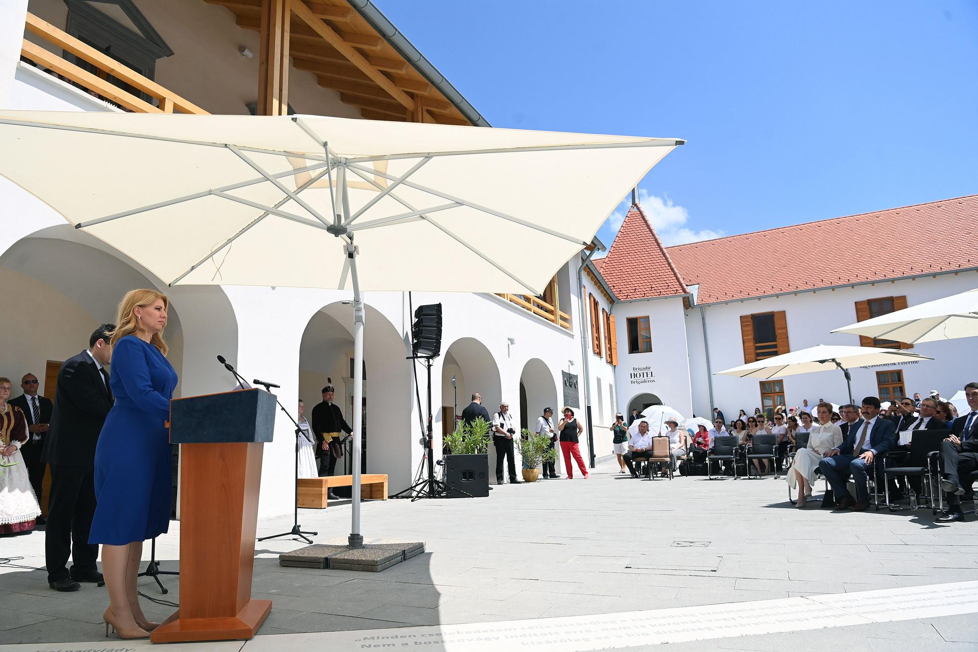Zuzana Caputová szlovák államfő beszédet mond a magyar állami támogatással felújított Rákóczi Várkastély átadásán a felvidéki Borsiban 2021. június 19-én