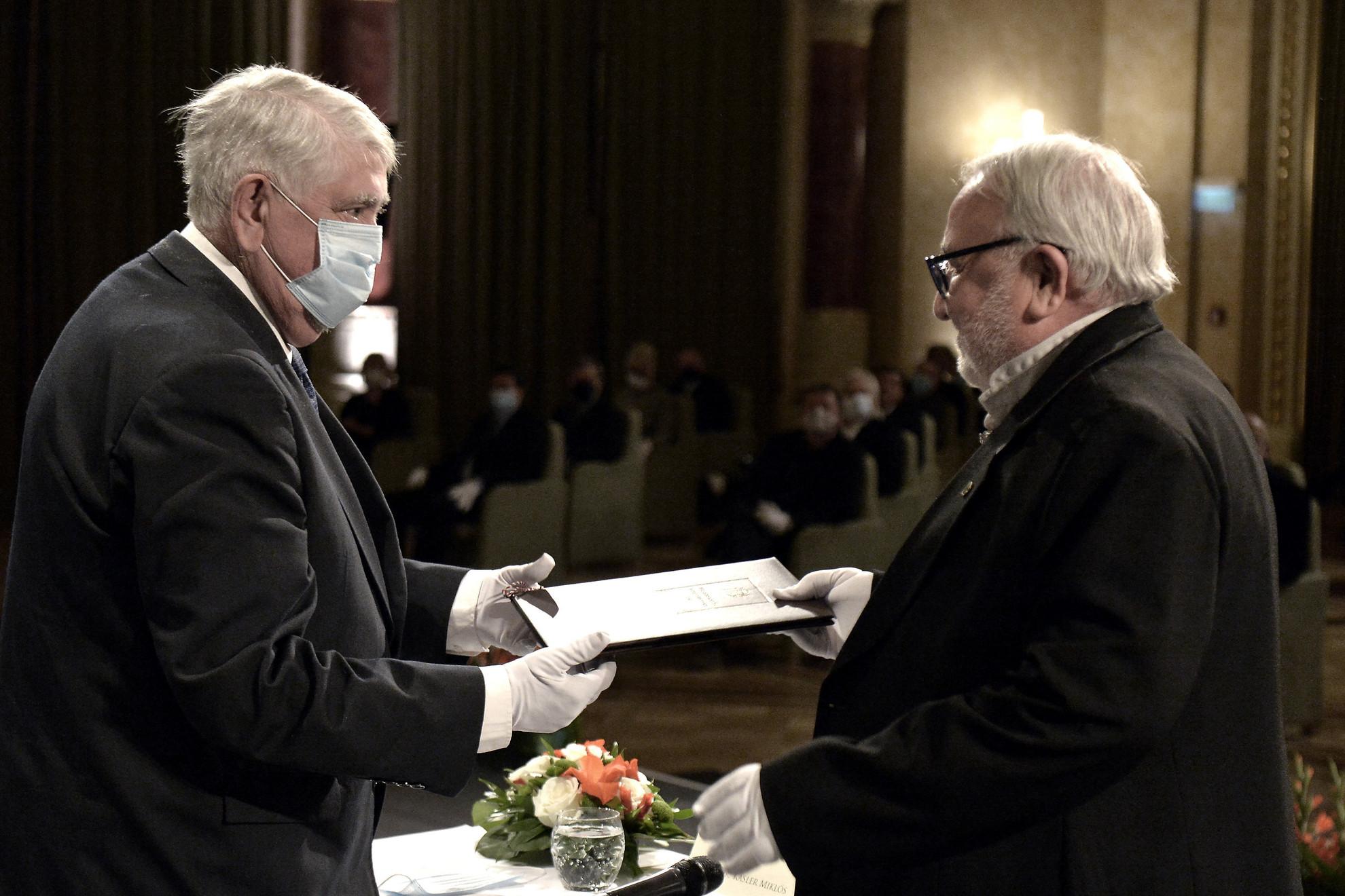 Kásler Miklós, az emberi erőforrások minisztere (b) átadja Magyarország Kiváló Művésze díjat Mikó István Jászai Mari-díjas színművésznek, rendezőnek a Pesti Vigadóban 2021. június 14-én