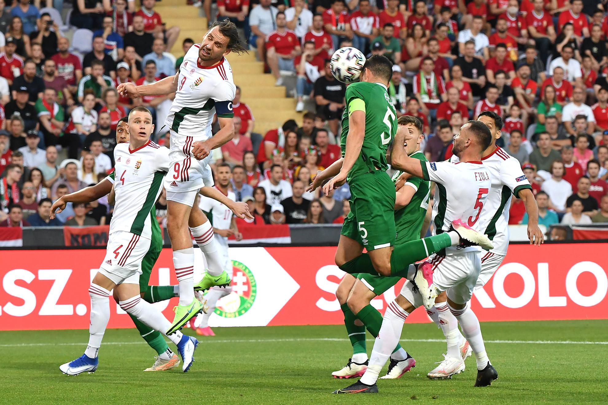 Szalai Ádám, a magyar és John Egan, az ír válogatott játékosa a Magyarország - Írország barátságos labdarúgó-mérkőzésen Budapesten, a Szusza Ferenc Stadionban 2021. június 8-án