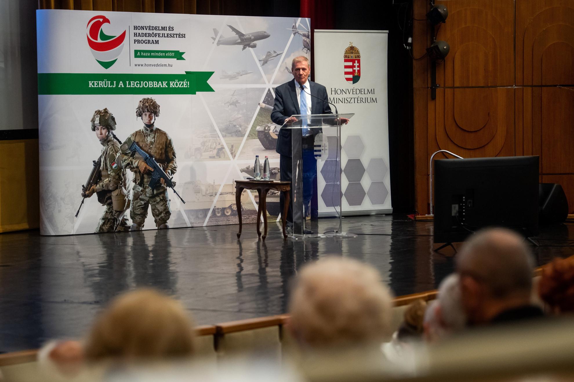 Benkő Tibor honvédelmi miniszter előadást tart nyugállományú katonáknak és honvédségi nyugdíjasoknak Budapesten, a Stefánia Palotabában 2021. június 11-én