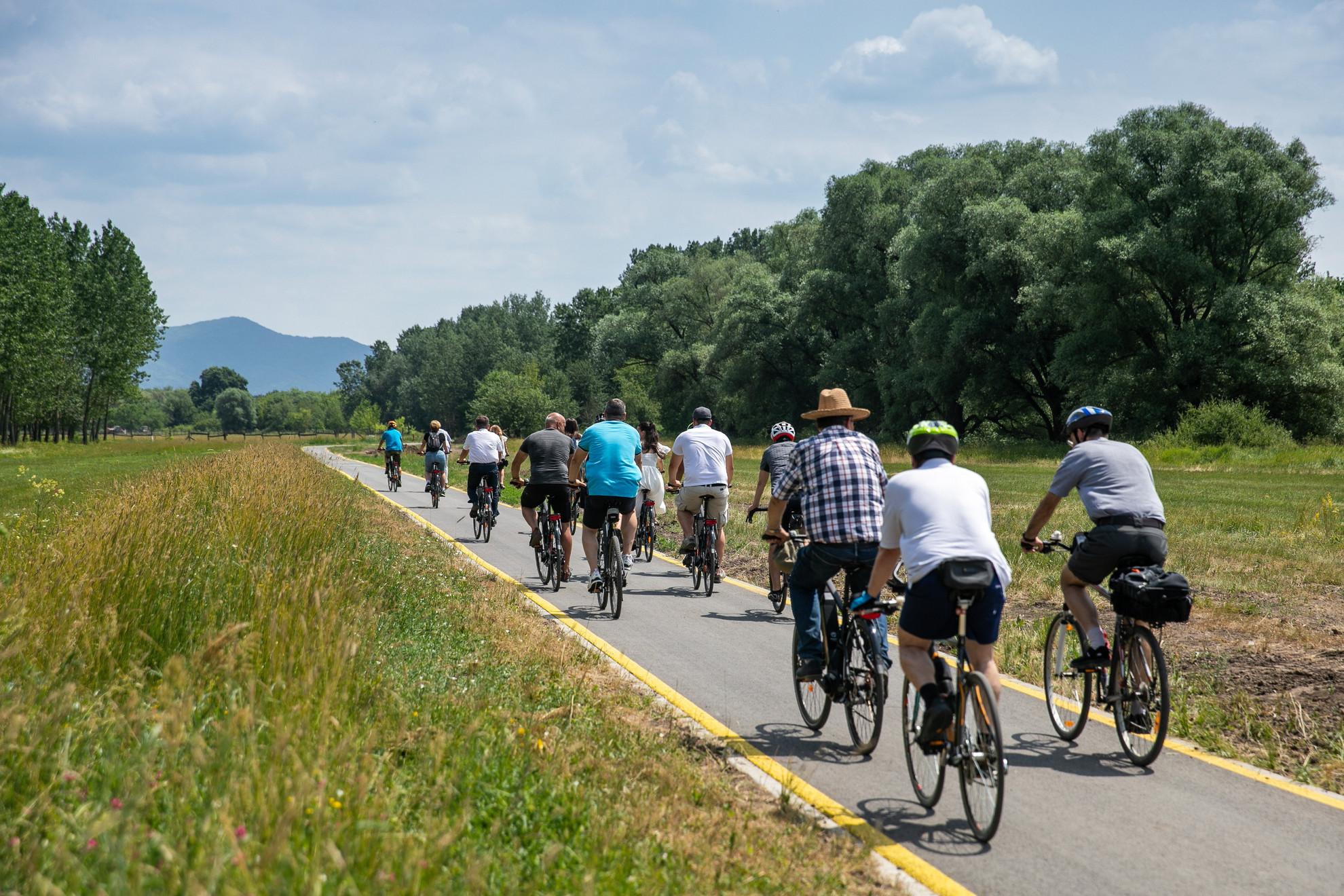 Kerékpártúra résztvevői az Eurovelo 6 kerékpárút új Szob és Ipolydamásd közötti szakaszán az átadás előtt Ipolydamásd közelében 2021. június 21-én