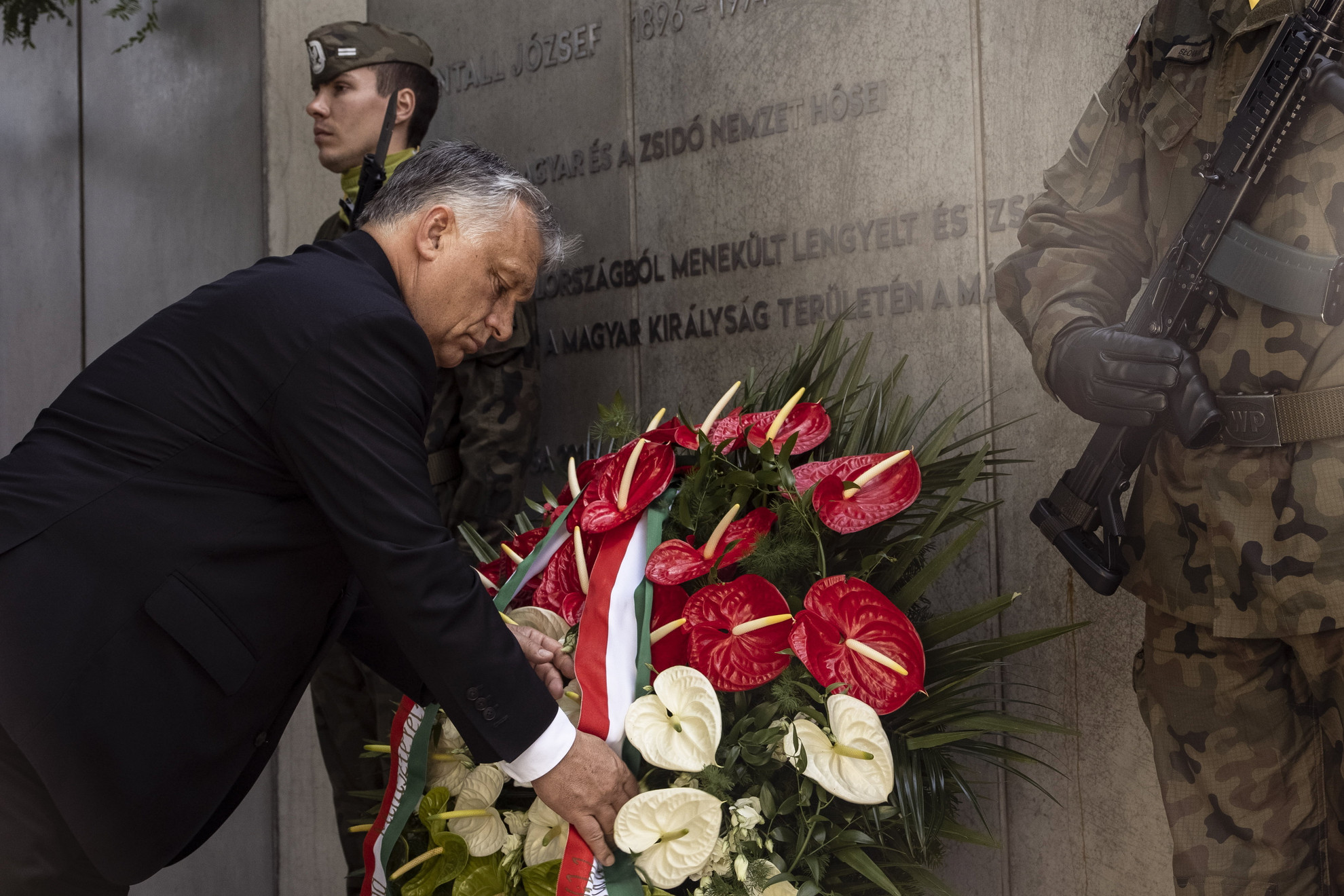 Orbán Viktor miniszterelnök koszorút helyez el Henryk Slawik és id. Antall József emlékművénél Katowicében