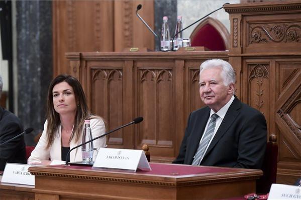 Varga Judit igazságügyi miniszter és Jakab István, az Országgyűlés alelnöke a Magyarország és a közép-európai térség az Európai Unióban, az Európai Unió a világban címmel, főiskolai és egyetemi hallgatóknak meghirdetett pályázat ünnepélyes díjkiosztóján az Országház Delegációs termében