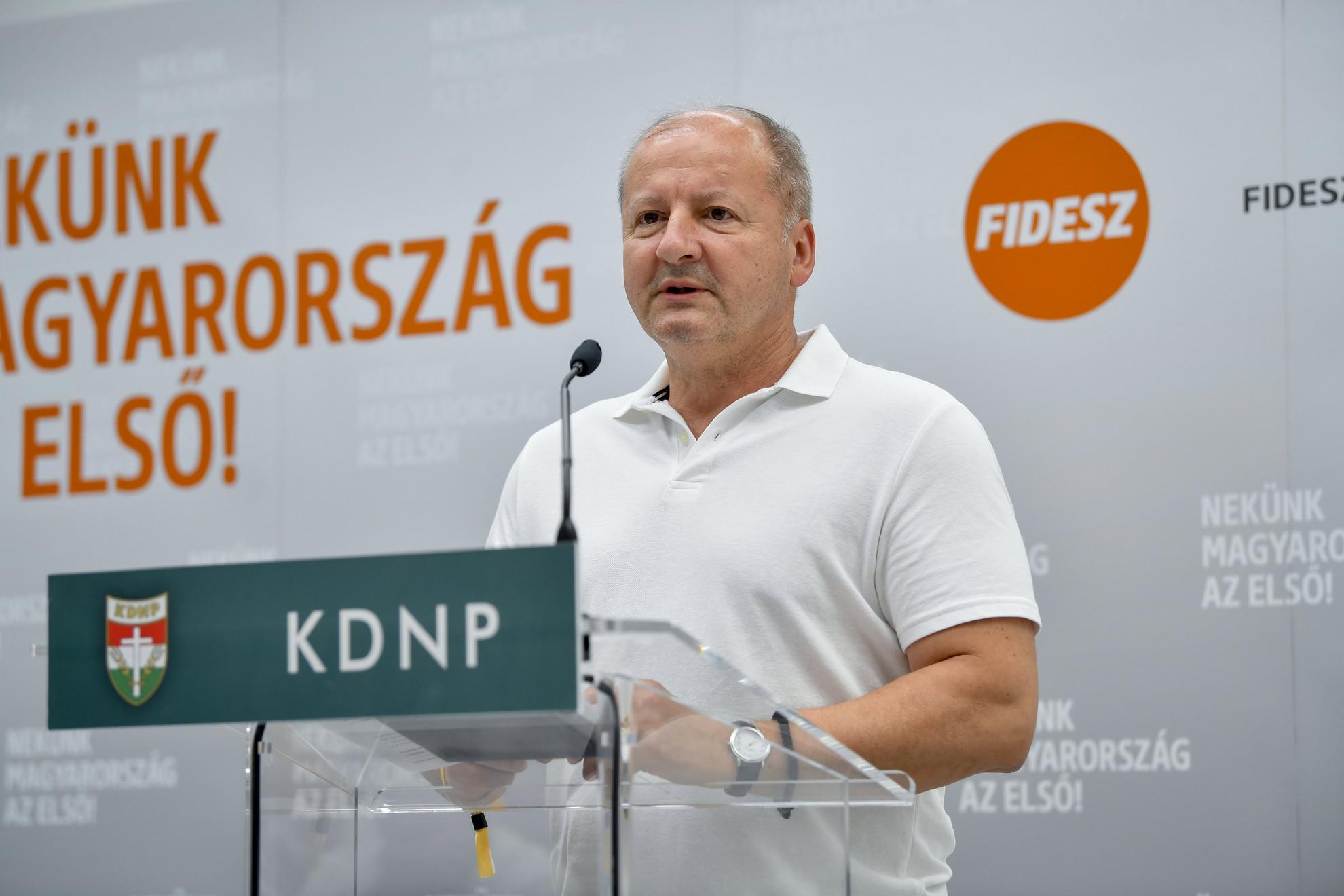 Simicskó István, a KDNP frakcióvezetője a Fidesz-KDNP frakciószövetség kihelyezett üléséről tartott debreceni sajtótájékoztatón