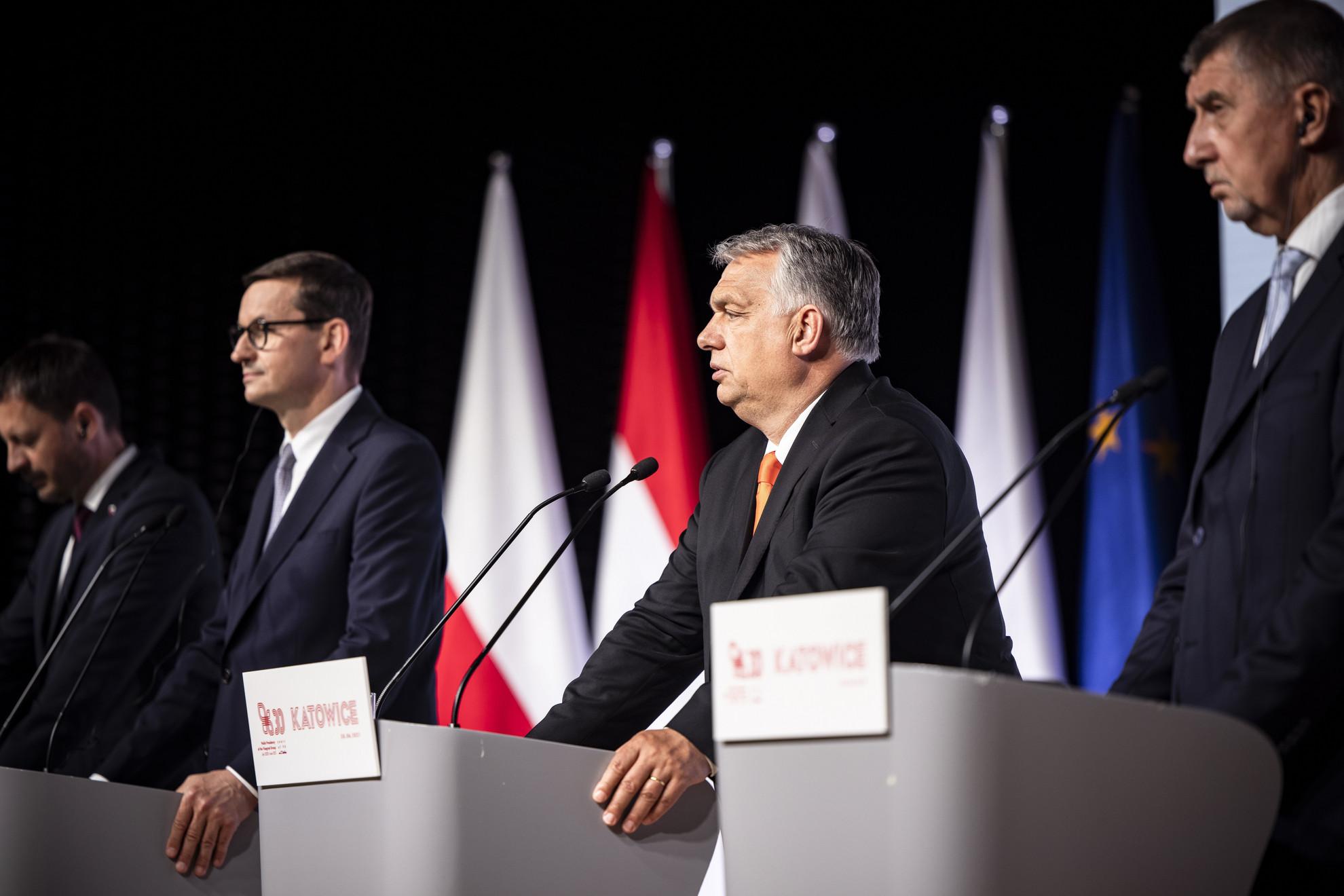 A Miniszterelnöki Sajtóiroda által közreadott képen Eduard Heger szlovák, Mateusz Morawiecki lengyel, Orbán Viktor magyar és Andrej Babis cseh miniszterelnök (b-j) a visegrádi csoport (V4) miniszterelnökeinek csúcsértekezletén tartott sajtótájékoztatón Katowicében