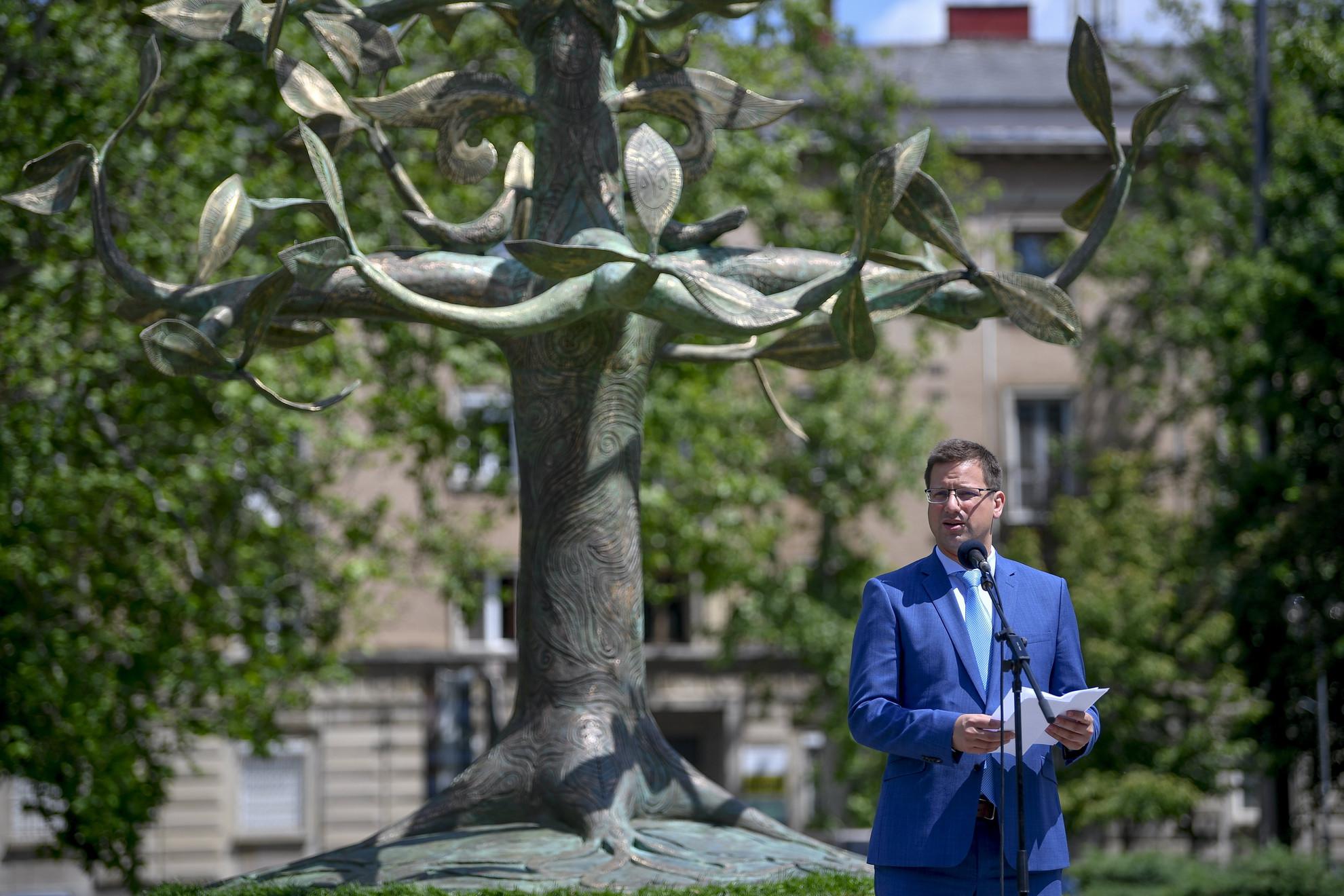 Gulyás Gergely, a Miniszterelnökséget vezető miniszter beszédet mond a Nemzeti Összetartozás Emlékművének felavatásán a nyíregyházi Hősök terén a nemzeti összetartozás napján