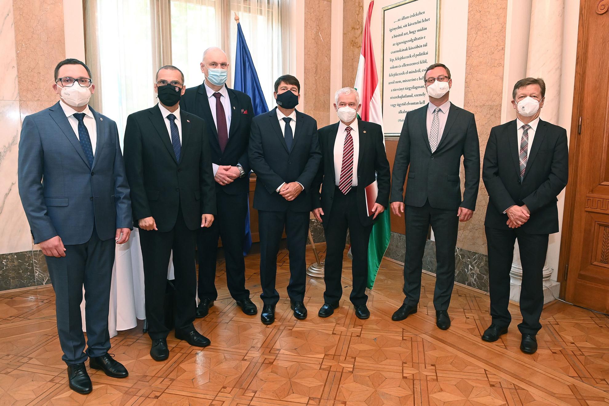 Áder János köztársasági elnök (k) és Polt Péter legfőbb ügyész (j3), valamint Ladislav Hamran, az Eurojust elnöke (b), Maros Zilinka szlovák legfőbb ügyész (b2), Bogdan Swieczkowski lengyel legfőbb ügyész (b3), Pavel Zeman cseh legfőbb ügyész (j2) és  Franz Plöchl osztrák legfőbb ügyész (j) a magyar ügyészi szervezet fennállásának, az első ügyészi törvénynek a 150. évfordulója alkalmából rendezett budapesti nemzetközi konferencián