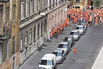 Egy, az interneten terjedő kép tanúsága szerint a hétvégi, Hollandia-Csehország EB-mérkőzést megelőzően a holland szurkolók egy része Budapest nyílt utcáin könnyített magán