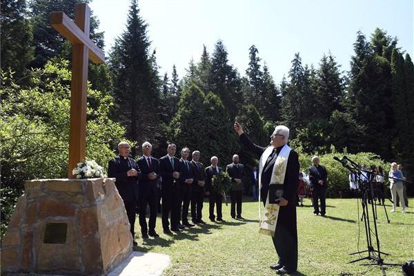 Spányi Antal székesfehérvári megyés püspök megáldja a Szent II. János Pál pápa emlékére felállított keresztet átadásán a nemzeti összetartozás napján
