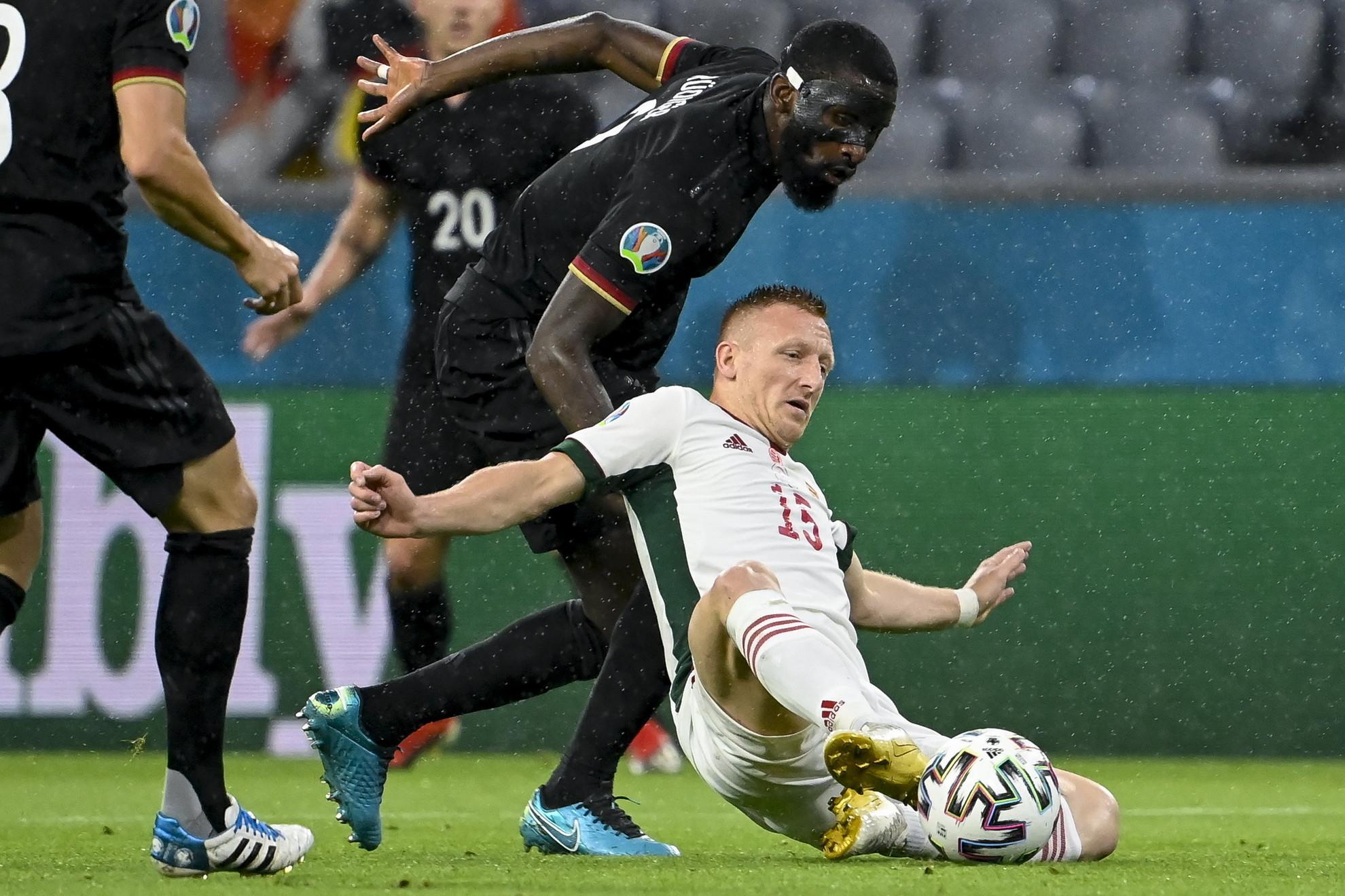 Kleinheisler csúszik a labdáért, a háttérből a német Rüdiger figyeli. A magyar középpályás ezúttal is rengeteget dolgozott a mezőnyben