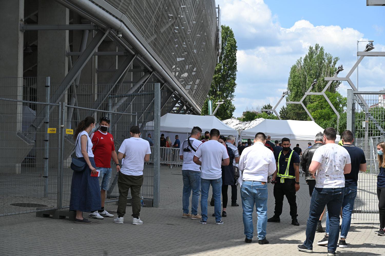 Karszalagot átvevő szurkolók a Groupama Aréna Üllői úti oldalánál