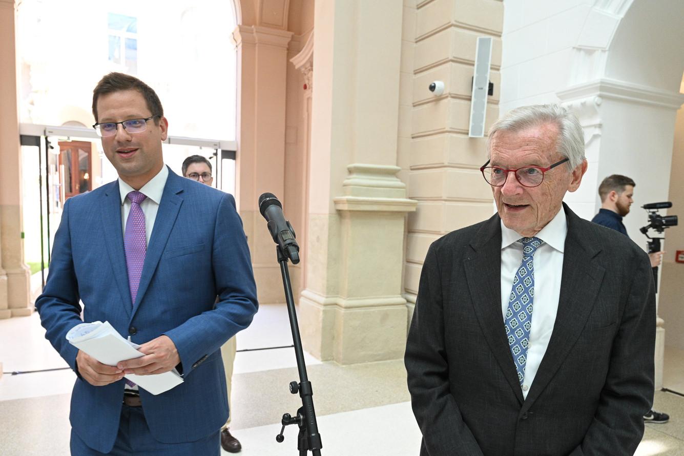 Gulyás Gergely, a Miniszterelnökséget vezető miniszter és Wolfgang Schüssel beszédet mond Helmut Kohl halálának negyedik évfordulóján Budapesten, a Károlyi-Csekonics Palotában