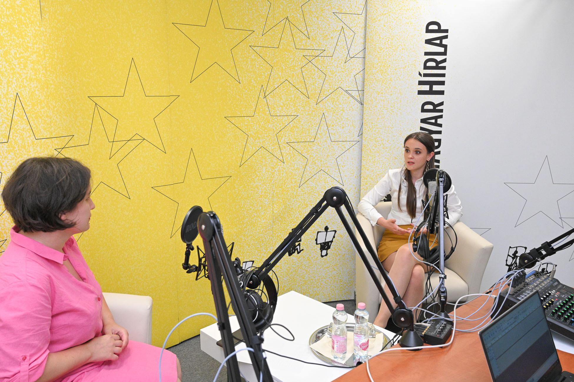 Lapunk főmunkatársa, Őry Mariann és Halkó Petra, a Századvég vezető elemzője a Faktum műsorának felvételén
