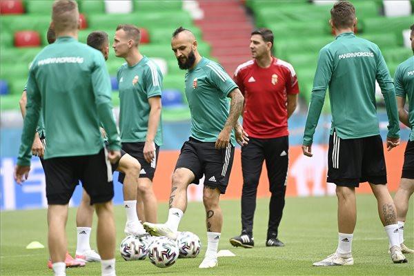 Cseri Tamás (k) a magyar labdarúgó-válogatott edzésén a müncheni Allianz Arénában