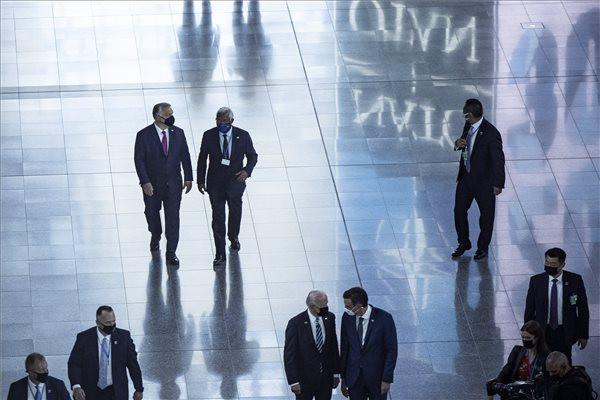 Orbán Viktor miniszterelnök (b, hátul) és Antonio Costa portugál miniszterelnök (j, hátul) a NATO-tagországok állam-, illetve kormányfőinek találkozóján Brüsszelben. Elöl, középen Joe Biden amerikai elnök