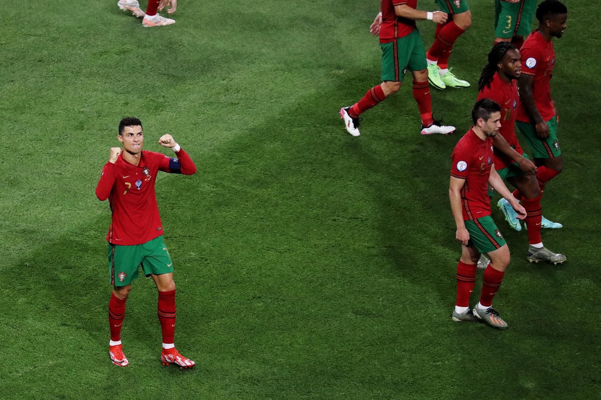 Ronaldo (balra) joggal örülhet: duplájával utolérte az irániak legendáját, a legtöbb válogatottban szerzett gól csúcsát tartó Ali Daeit