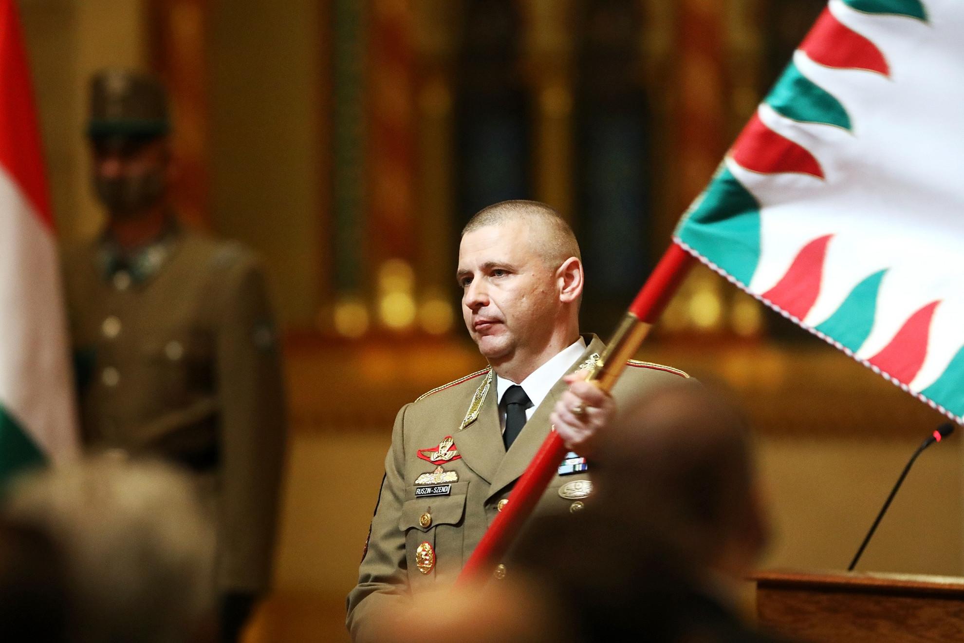 Ruszin-Szendi Romulusz, az újonnan kinevezett parancsnok a Magyar Honvédség csapatzászlajával