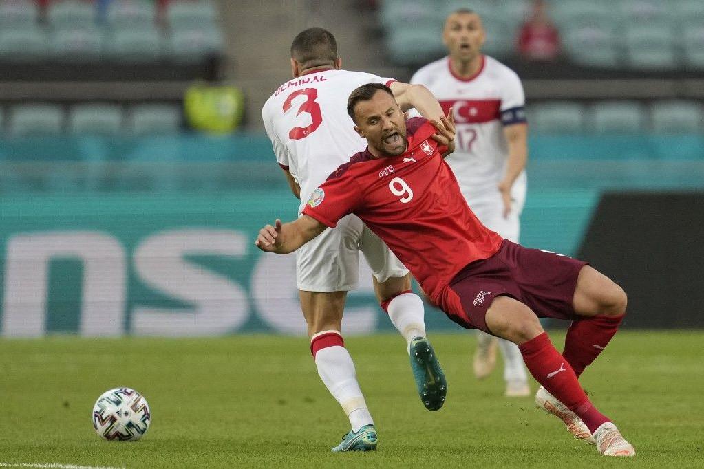 A gólszerző Haris Seferovic küzd a török védővel, Merih Demirallal