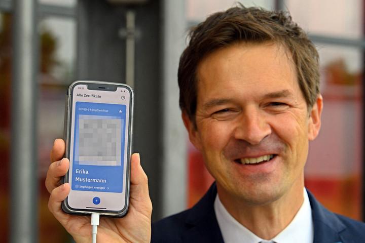 Okostelefonon lehet igazolni Németországban a védettséget